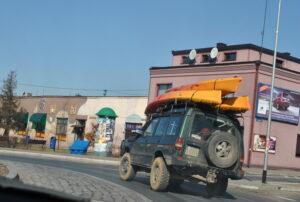 3 kajaki na dachu Land Rovera