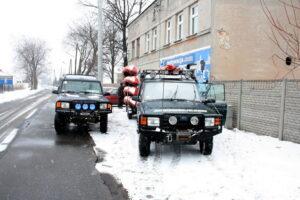 Land Rovery z kajakami przed wyjazdem na spływ zimowy